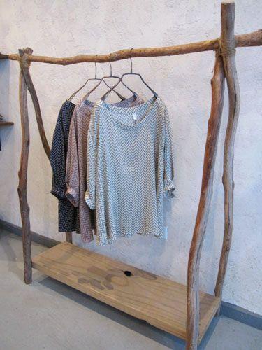 DIY : fabriquer un dressing avec une planche et des branches: