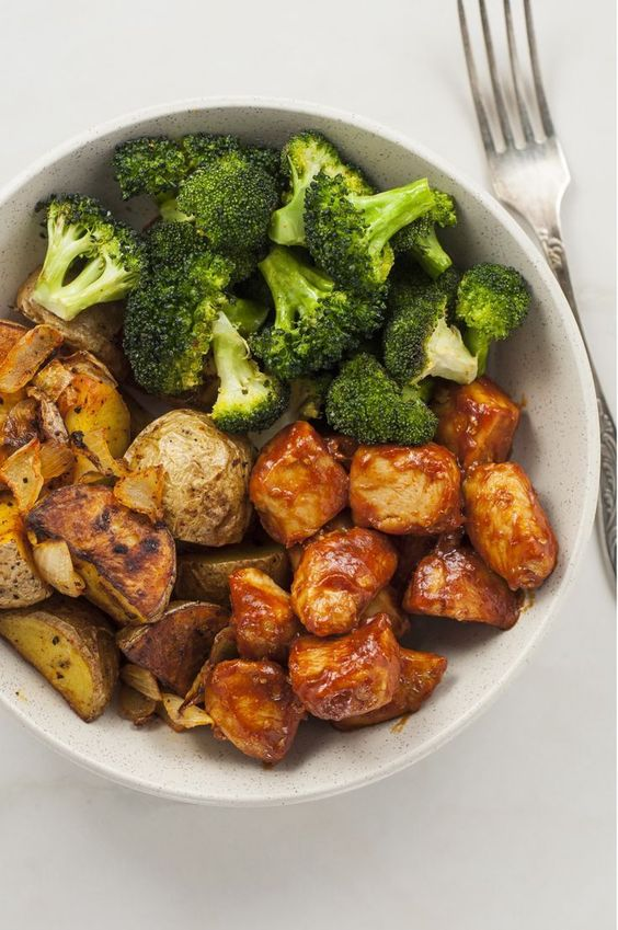 Cooking a balanced meal can be harder than you think. Make meal planning simple with this skinny chicken and roasted potato bowl. #healthy #chicken