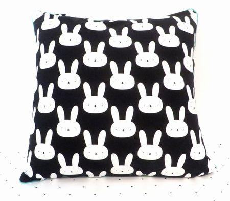 Handmade zwart kussen met witte konijntjes #handgemaakt #bercadeau #handmade #konijntjes #kussens #kinderkamer #monochrome