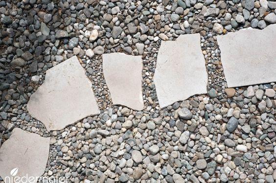 Große Trittsteine auf Kiesel