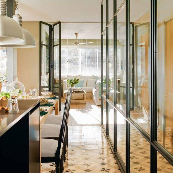 Cocina vista con pared de cristal con perfilería y puertas ...