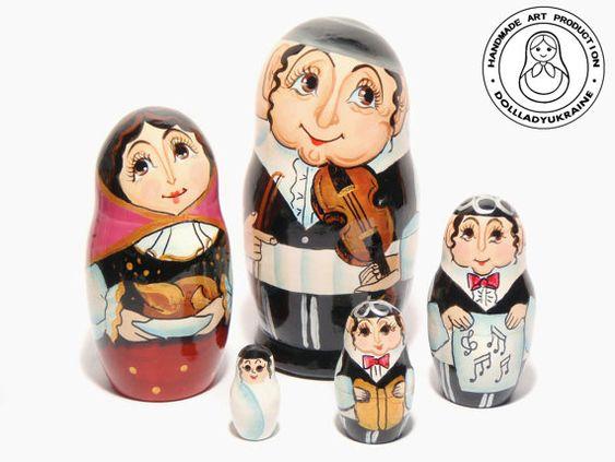 BEREIT, SCHIFF  Matroschka-5 Stück Holz Verschachtelung Puppen Rabbiner-Familie. 5 Stück Handarbeit Verschachtelung Puppe gesetzt. Die größte Puppe ist 11 cm hoch, die kleinste ist 3 cm. Material: Linden Holz, Acryl, Gouache, Lack Hochglanz. Unsere Puppen mit viel Liebe gemacht. Rabbi Familydolls wird Wohnzimmer schmücken und bringen Freude für alle.  Dimension: Länge: 1,97 Zoll (5,5 cm) Breite: 1,97 Zoll (5,5 cm) Höhe: 4,33 Zoll (11cm) Gewicht: 0,12 lb (0,055 kg)  Qualitativ hochwertige…