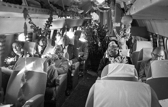 Un jour en #France. Dans les années #50  des passagers dans un avion de ligne ont fêté #Noël en plein ciel m. Au petit matin ils dorment au milieu des guirlandes . Photo : Walter Carone / #ParisMatch . by parismatch_magazine