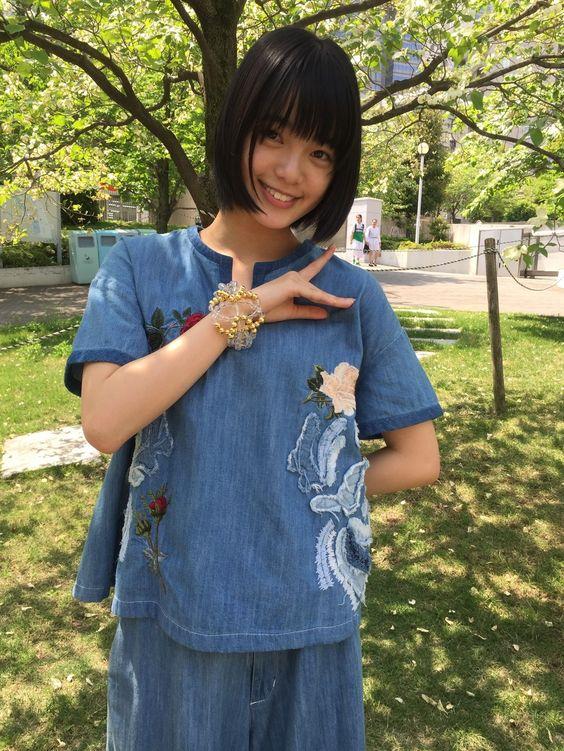 青い服を着た平手友梨奈