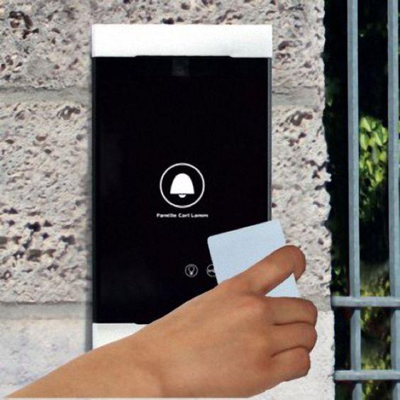 RESIDIUM - Door Unit Die Tür öffnen ohne Schlüssel: einfach, komfortabel und sicher Kennen Sie das? Schon wieder ein Anruf, weil der Kleine den Schlüssel zu Hause vergessen hat oder der Schlüssel ist tief in der Tasche vergraben und die Einkaufstüte im Arm wird schon langsam schwer. Wie schön wäre es dann, einfach einen Zugangscode einzugeben? Die RESIDIUM Door Unit ermöglicht das Öffnen der Tür durch PIN-Code-Eingabe oder durch eine RFID-Karte, die an die Türsprechstelle g ...
