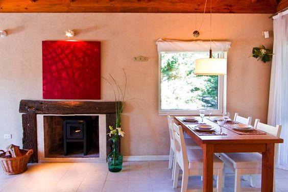 Iluminación natural o de bajo consumo en todos los ambientes.- sillas blancas