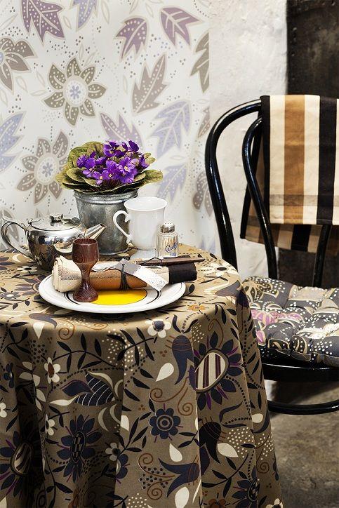 """Herbst / Winter 2012 - Nougatfarbene Tischdecke aus Öko-Baumwolle: Die nougatfarbene Tischdecke ist mit dem Blumenmuster """"Ängö"""" versehen und aus Öko-Baumwolle. Kombiniert ist sie mit dem Sitzkissen """"Yoko"""", das ebenfalls aus Baumwolle ist."""