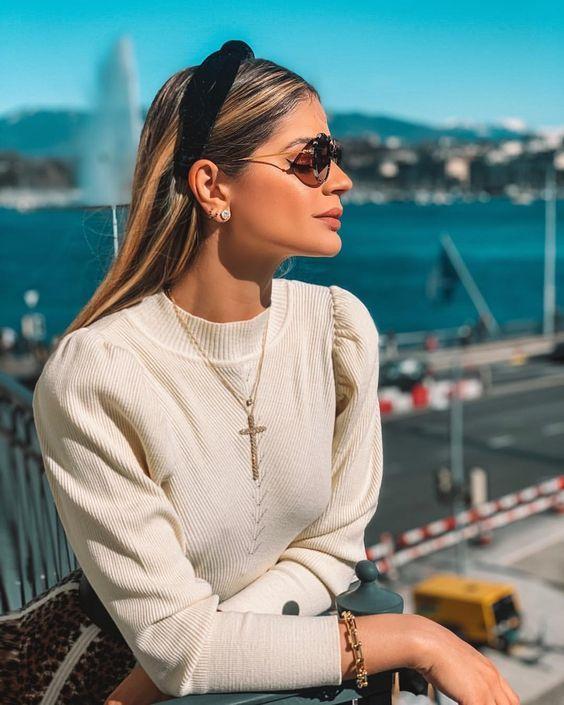 Inspiração: tiara de tecido - #GuitaModa. Suéter creme com manga princesa, corrente de curz, tiara preta de veludo