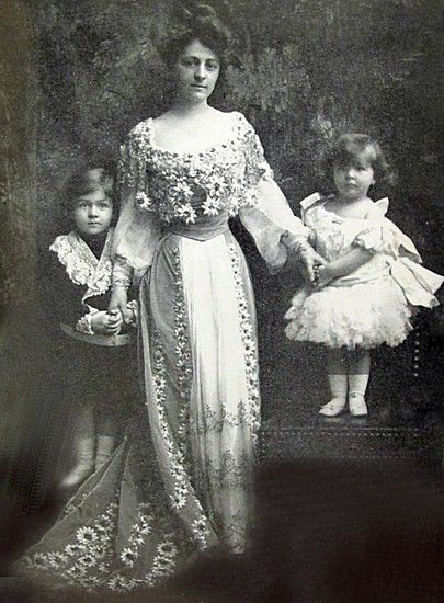 Mrs Cornelius Vanderbilt III (Grace Wilson) and her children Cornelius Vanderbilt IV and Grace Vanderbilt. She was the wife of Consuelo Vanderbilt's first cousin.  Their daughter Grace was at one time rumored to be engaged to Consuelo's son Lord Ivor Spencer-Churchill.