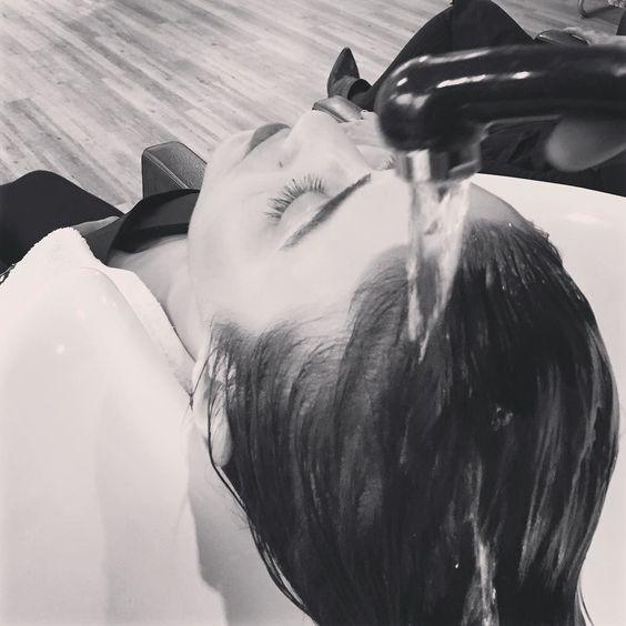 http://www.youtube.com/channel/UCqEqHuax3qm6eGA6K06_MmQ?sub_confirmation=1 Nossas clientes ficam assim enquanto lavam o cabelo: relaxadas. A massagem feita pelas profissionais durante a lavagem ativa o produto dando um resultado ainda melhor. Lembrando que cremes são massageados apenas nos fios do cabelo para não deixar a raiz pesada. Em casa faça o mesmo: na raiz shampoo e o hidratante fica apenas para os fios.  #donanatips #donanahairbody #donana #relax #spa #hair #makeup #nails #cuidado…