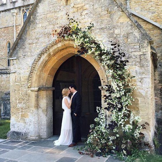 instalatie intrare biserica arcada flori si verdeata