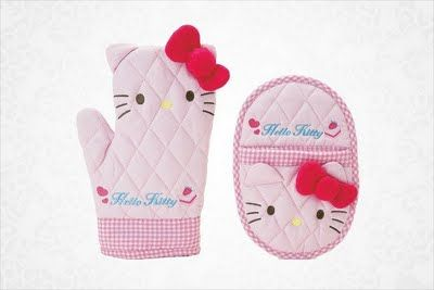 Hello Kitty oven mitts that go with the Hello Kitty apron set at http://www.hellokittyforever.com/2011/09/hello-kitty-apron-set.html #hellokitty #food