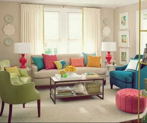 Sala com decoração branca que ganhou vida com objetos em cores. Muito indo.