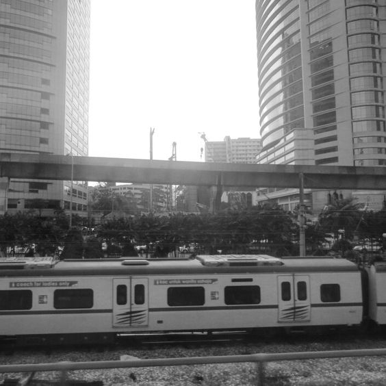 : Throwback.  Other city, other feeling.   #miixiiao_love #StillLife #photooftheday #Throwback #DayByDay #city #citylife #train #KTM #blackandwhite #vacocam