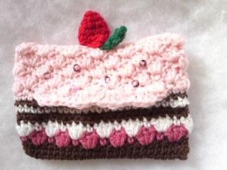手編みのポケットティッシュケースです。毛糸でいちごのショートケーキをイメージして編みました。チョコスポンジにイチゴをサンドしてホイップクリームにイチゴのトッピ...|ハンドメイド、手作り、手仕事品の通販・販売・購入ならCreema。