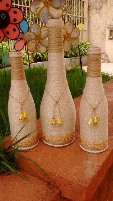 Bottle décor with yarn