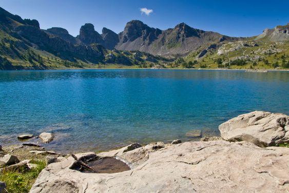 Lac d'Allos (Alpes-de-Haute-Provence) Plus grand lac naturel d'altitude d'Europe, le lac d'Allos est situé au coeur du parc national du Mercantour.