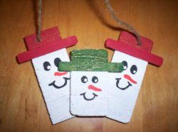 Scrap Wood Snowman - This easy DIY Christmas craft makes a fantastic gift and decorative piece! #tutorial