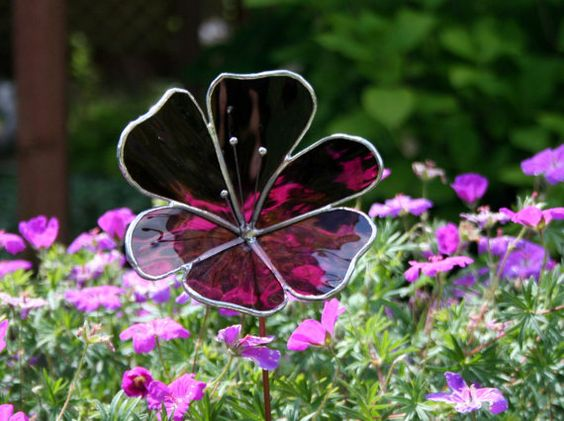 This stained glass flower will brighten up your garden / flower beds and you dont have to worry about it wilting or needing water. This flower