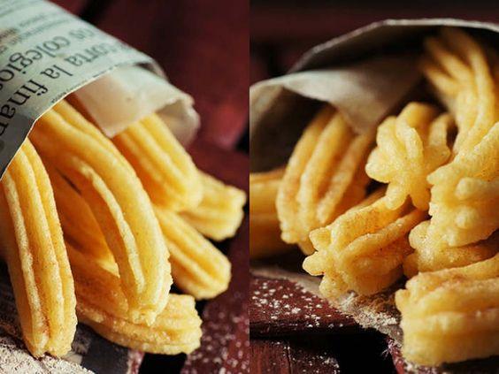 Churros sind eine spanische Süßigkeit, die sich großer Beliebtheit erfreuen. Die gespritzten Teigschlangen sind außen knusprig, innen herrlich weich und saftig und werden in Zimtzucker und eine Schokoladensoße gedippt. Vera von Nicest Things hat das Rezept dazu für Dich!