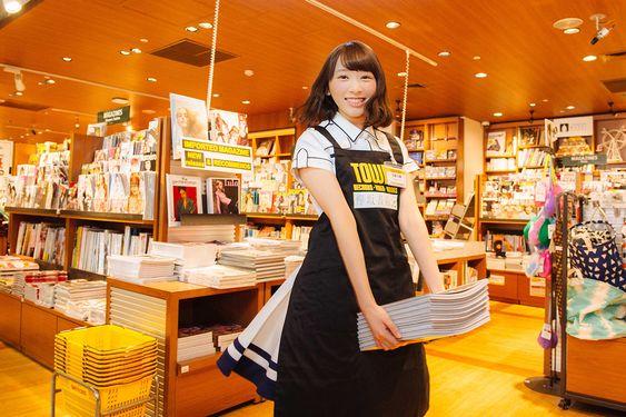 書店で働く佐藤詩織
