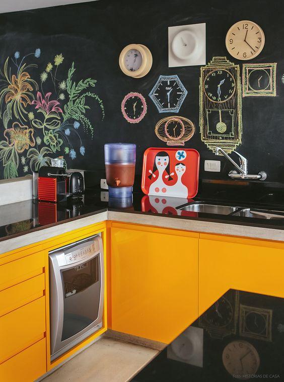 Tinta de lousa, armários amarelos, cozinha integrada... bem difícil não se inspirar nesse apartamento! Mais em www.historiasdecasa.com.br #todacasatemumahistoria #paredelousa #cozinha: