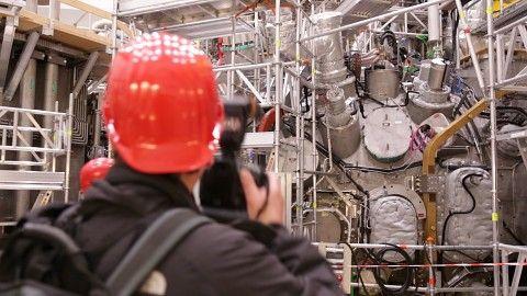 Kernfusion: Erstes Wasserstoffplasma am Wendelstein 7-X - Wendelstein 7-X ist ein Großexperiment der Max-Planck-Gesellschaft, an dem für die Kernfusion geforscht wird. Es ist ein wulstartiger Ring - wie ein Rettungsring oder ein Donut - mit einem Durchmesser von 16 Metern. Umgeben ist der Ring von einer komplizierten Struktur von 50 supraleitenden Magnetspulen. Sie erzeugen einen Magnetfeldkäfig, der das 80 Millionen Grad heiße Plasma hält.