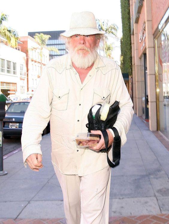 De incógnito. Nick Nolte está cada día más irreconocible. El actor se paseó de esta guisa por Beverly Hills.