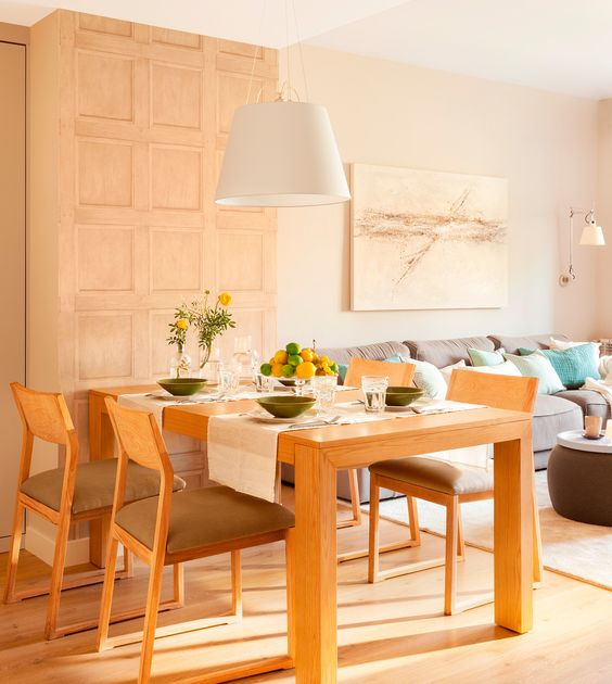 Mesa de comedor de madera con caminos de mesa, vajilla verde ...