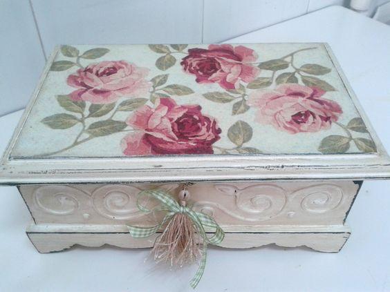 Caja tipo baúl.  #cajashechasamano #regalo #artesanía #decoración #diseño #vintage #shabbychic #shabby #chic