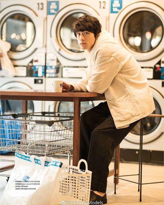 ホワイト×ブラックカジュアルコーデの坂口健太郎のファッション