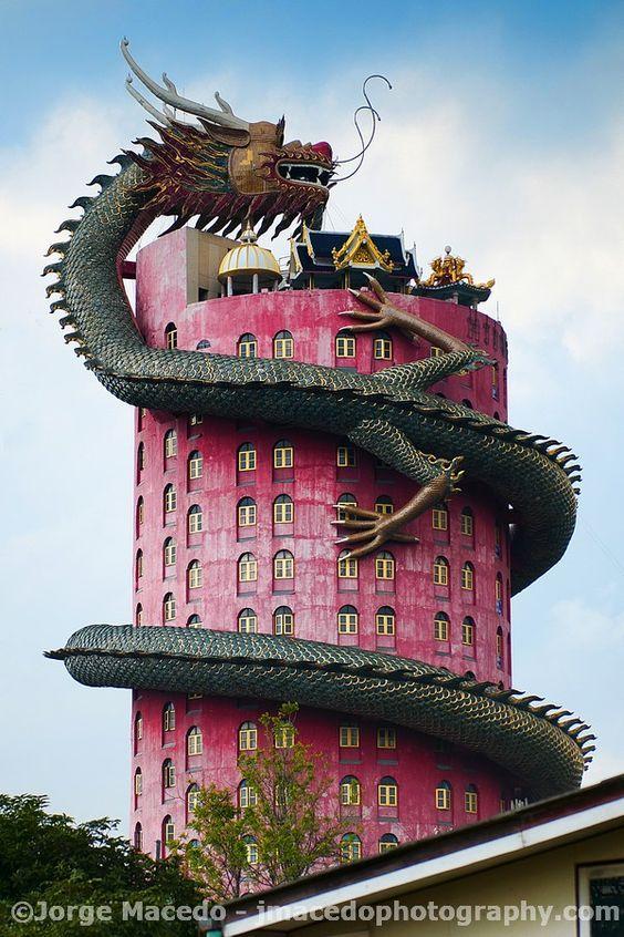 Храм Уат Самфран, Банкок, Тайланд.  Фотография на Хорхе Маддо.  Трудно е да се открие историята на тази мистериозна сграда, но напоследък е изоставена и липсва поддръжка поради миналата репутация (тази връзка има известна информация и много страхотни снимки).  Монасите са приветливи, но някои части не са отворени за обществеността .: