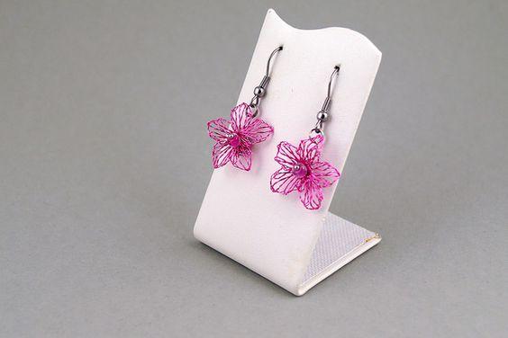 kleine filigrane Ohrhaken aus rose lackiertem 0,2 mm dicken Draht. Meine wunderschönen Ohrringe passen hervorragend zum Abendkleid. Als Brautschmuck begeistern sie nicht nur die Braut. Auch zu...