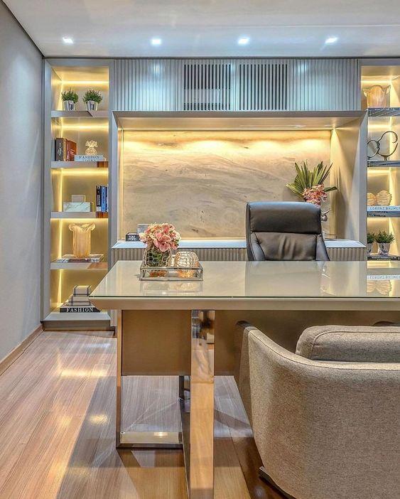 Muita elegância e sofisticação neste escritório, com nichos iluminados valorizando o ambiente. 💡 Projet