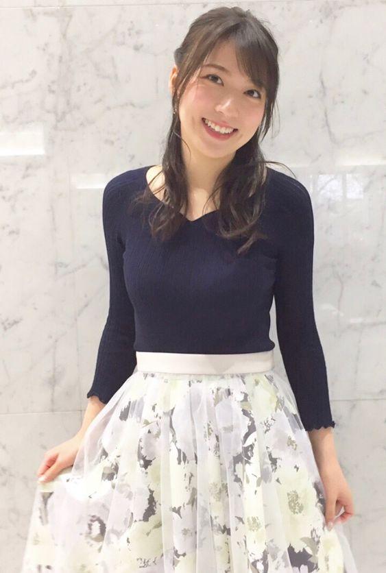阿部華也子スカートを持ち上げて可愛い笑顔