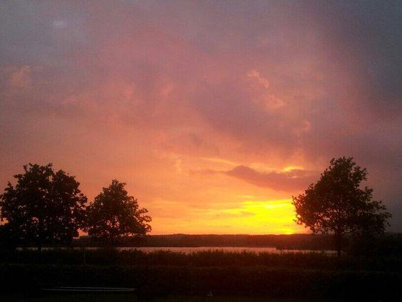 #zonsondergang bij #Giesbeek. Avondrood morgen meer water in de sloot? #Zevenaar. Maandag 12 mei 2014. Via twitter @EllenusV.