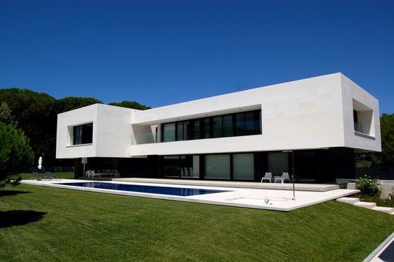 García House par Marta González Architects - Madrid, Espagne. Impressionnante maison contemporaine et son porte à faux flottant en Espagne