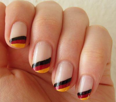 Fingernägel in den Deutschlandfarben - dazu noch ein  PIPPAJEAN Ring und das Outfit ist perfekt!