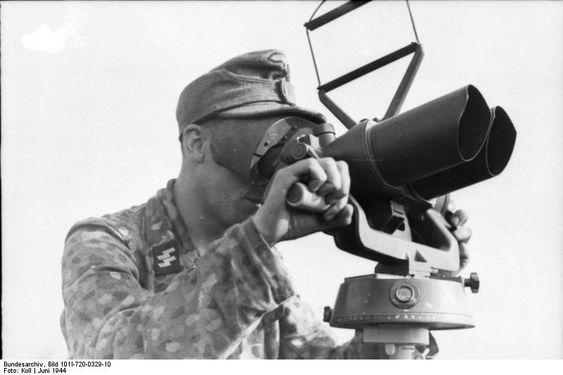 Bundesarchiv Bild 101I-720-0329-10, Frankreich, Waffen-SS-Mann an Fernglas.jpg