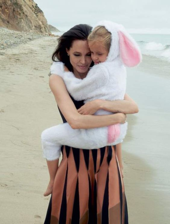 Angelina abraza a su hija Vivienne.