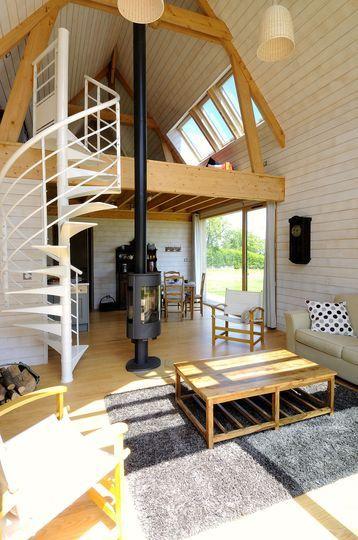 Mezzanine et salon de la maison - Une petite maison d'architecte en bois - CôtéMaison.fr