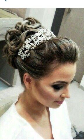Penteado para noivas com coque e coroa
