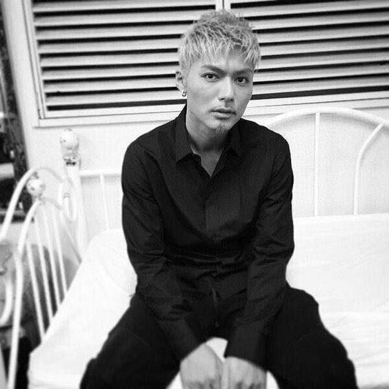 黒い服を着たベッドに座っているEXILEのSHOKICHIの画像・壁紙