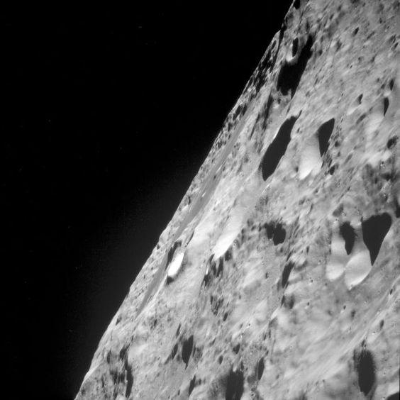 近くから見た月面