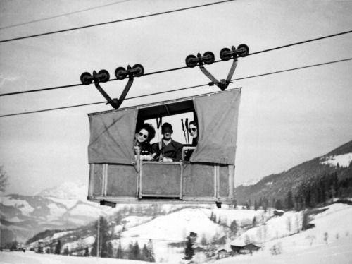 Die Kitzbüheler Hornbahn um 1951, eine Versorgungsbahn mit Personenbeförderungsmöglichkeit. Schönes Wort (© Wolfgang Bauer Privatarchiv)