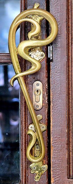 Art Nouveau manija de la puerta grande en Barcelona
