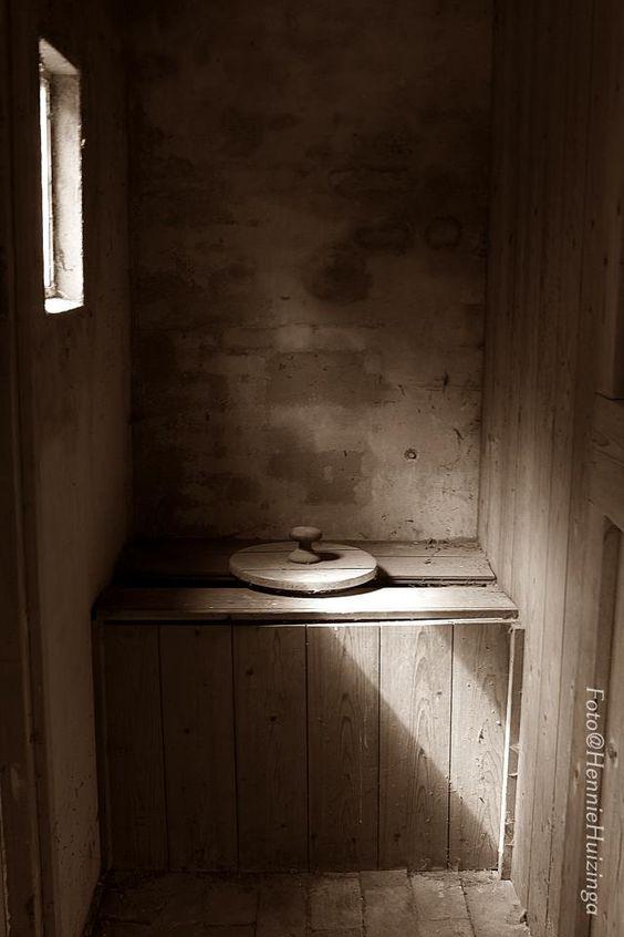 De poepdoos stond meestal buiten. Bij een vriendinnetje hadden ze er ook nog een, was binnen in de bijkeuken.