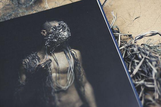 """""""Murmuring"""" zeigt Schmuckarbeiten von Hannah Hedmann, fotografiert von Sanna Lindberg - erschienen beim Kerber Verlag. // Fotos vom Bildband © fieberherz.de"""