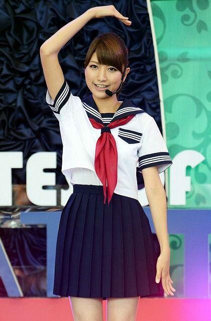 デビューシングルでセーラー服を着て踊っている三田友梨佳アナの画像