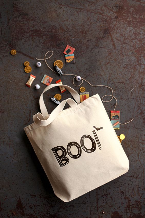 Decorate a plain canvas bag with this free printable for a quick and easy Halloween trick or treat bag! Boo!